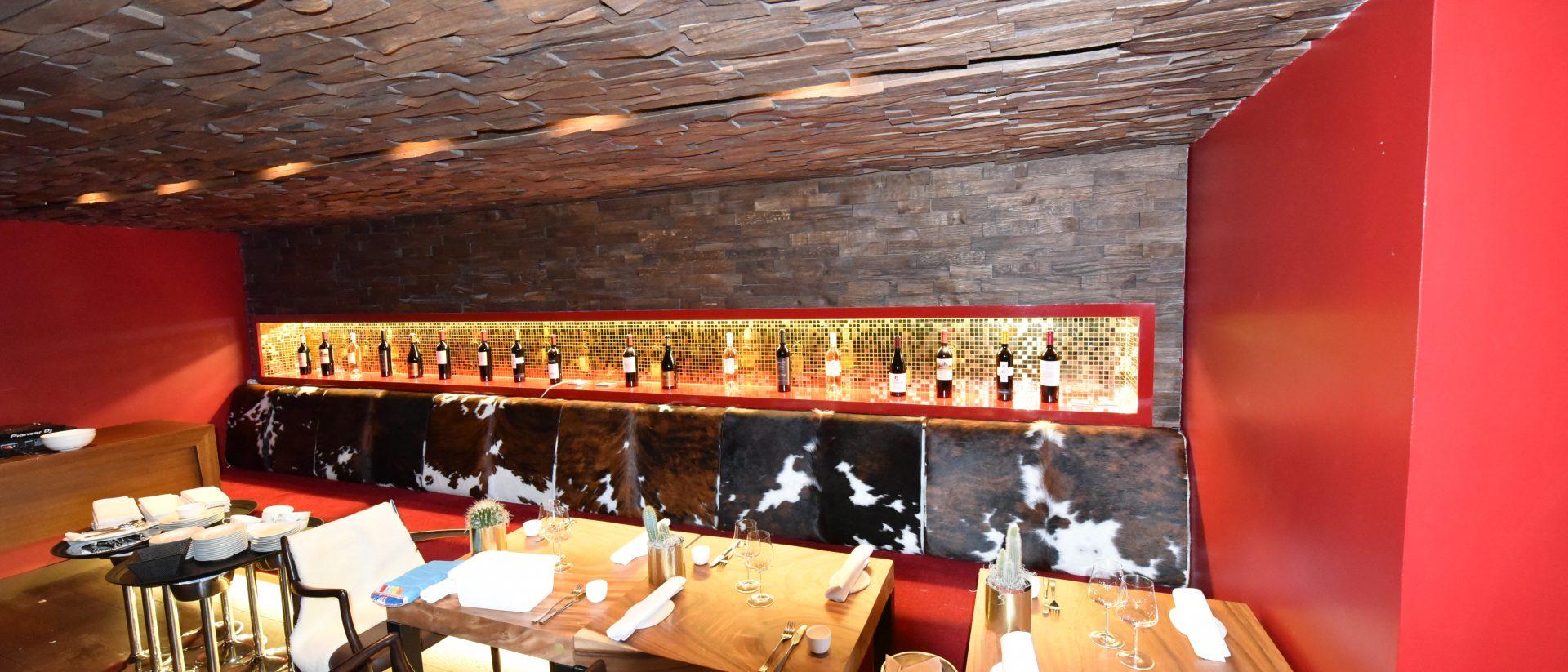 Vue sur les tables et les bouteilles de vin