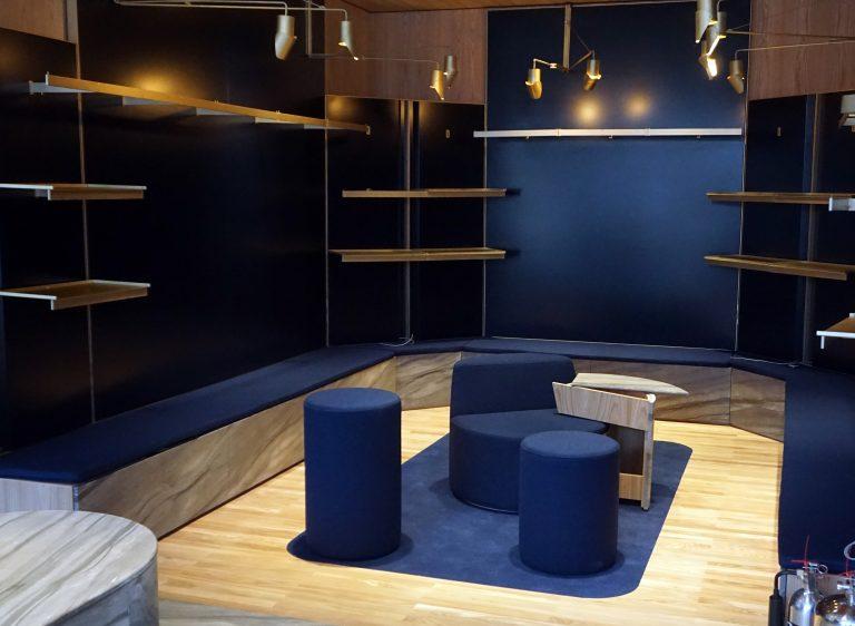 Arrière-boutique : parquet et sofas